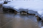 雪と川の淵